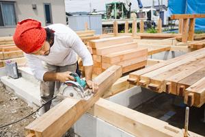 木を使って家を建てる仕事