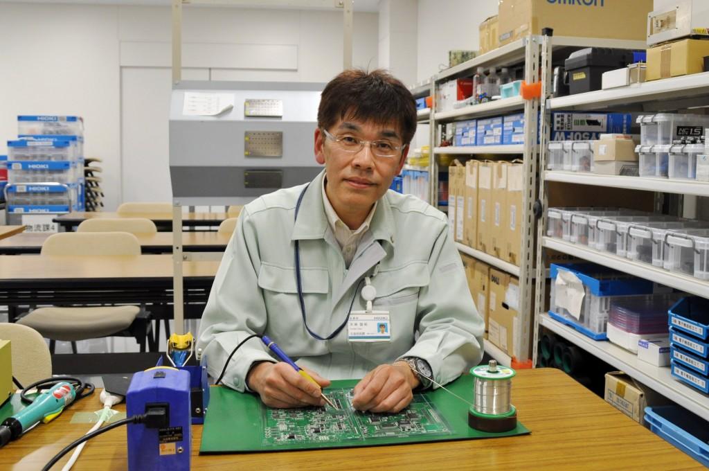 電子回路接続、電子機器組立て ものづくりマイスター 大峡国昭さん